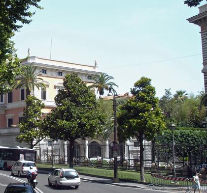Amerikanischer Botschaftsgarten hinter Gittern.